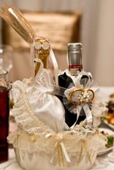 Свадебное шампанское на столе молодоженов