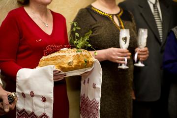 Свадебный каравай и шампанское