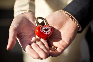 Свадебные кольца и руки молодоженов