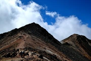 乗鞍登山道より見上げる剣が峰山頂(2)