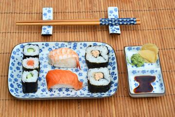 Sushi mooi Aziatisch gedecoreerd met mooi servies
