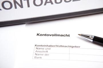 Dokument mit Kontovollmacht vor Akten-Ordner
