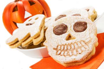 biscotti per halloween su sfondo bianco