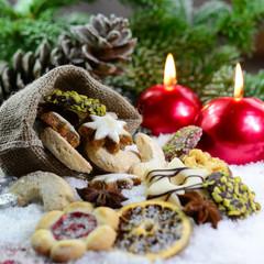 Weihnachtskekse und Kerzen