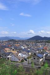青空と住宅街