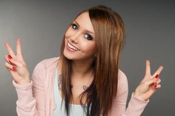 Portrait einer lachenden Frau mit brünetten Haaren