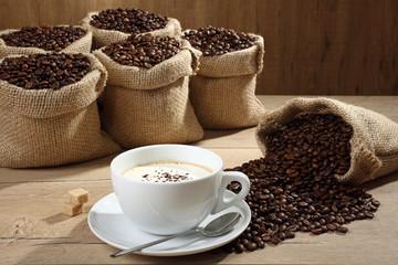 cappuccino sfondo caffe in chicchi