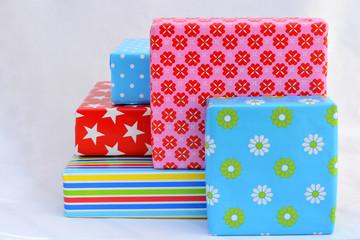 stapel gekleurde cadeaus