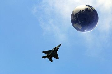 ジェット戦闘機と地球儀