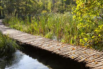Ponton et lac à Plitvice-Plitvicka