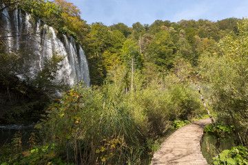 Ponton, cascades et chutes à Plitvice-Plitvicka