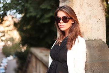 Lady im Herbst mit Sonnenbrille