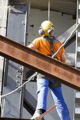 Ouvrier travaillant sur une structure métallique