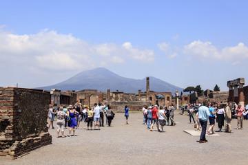 Blickauf das Forum in Pompeji mit Vesuv im Hintergrund