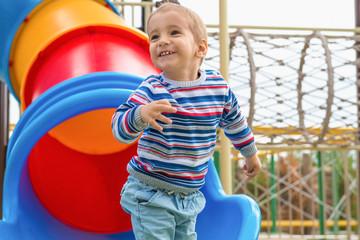 Ребенок в парке развлечений