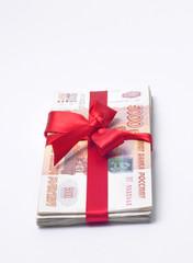 Деньги перевязанная красной ленточкой с бантиком