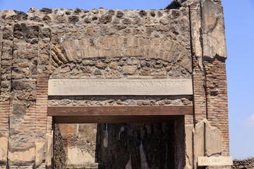 Gebäude-Eingang zur Eumachia in Pompeji