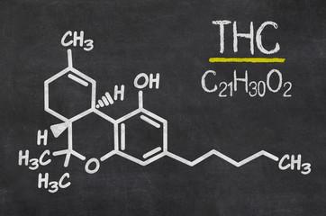 Schiefertafel mit der chemischen Formel von THC