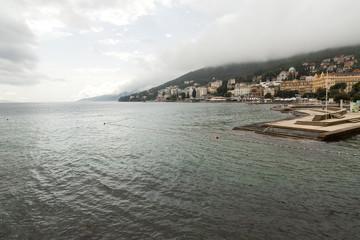 Quai et promenade de Opatija après la pluie