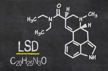 Schiefertafel mit der chemischen Formel von LSD