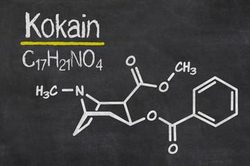 Schiefertafel mit der chemischen Formel von Kokain