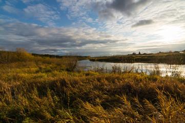 осенний пейзаж с рекой на закате