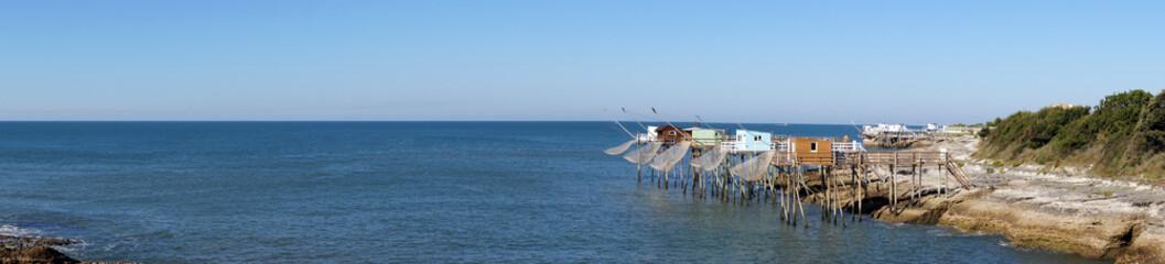 Panorama avec des carrelets sur la côte