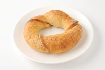 お皿にのせた フランスパン 白背景 クローズアップ