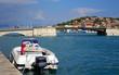 Un bateau à moteur amarré dans un port