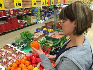 Junge Frau beim einkaufen