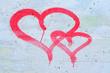 Rote Herzen auf Silberwand