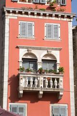 Façade rouge et balcon vénitien de Rovinj