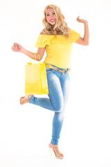 ragazza con borsa e maglia gialla