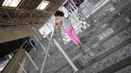 Niña en escalera