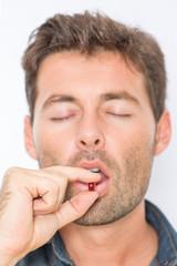 Mann nimmt Pille ein