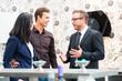 Leinwandbild Motiv Verkäufer berät Paar bei Küchen Kauf im Möbelhaus
