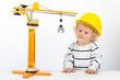 Kind mit Holzkran und Helm