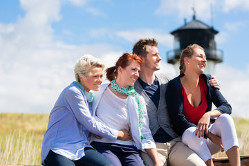 Freunde genießen Urlaub am Nordsee Strand