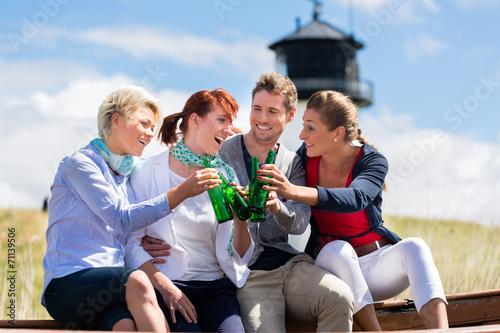 canvas print picture Freunde trinken Bier am Nordsee Stand