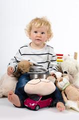 Junge mit Spielzeug