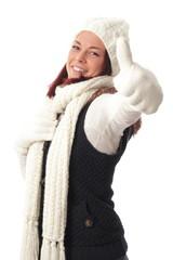 Junge Frau mit Schal und Mütze Daumen hoch