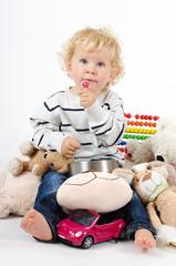 Junge mit Spielsachen