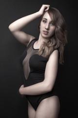 Jeune femme lingerie noire dentelles