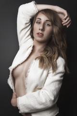 Jeune femme veste blanche