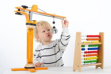 Kleinkind mit Holzspielzeug