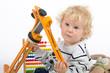 Kleiner Junge mit Spielzeug