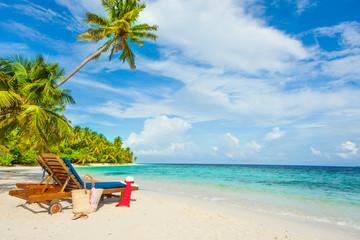 Rest in Paradise - Malediven - Sonnenliegen und Strandtasche am