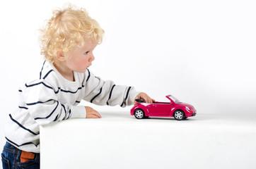 Kind spielt mit Auto