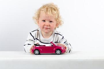 Junge mit Modelauto