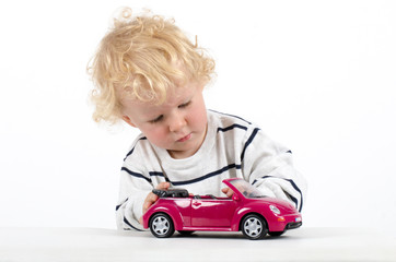 Kind mit Modelauto